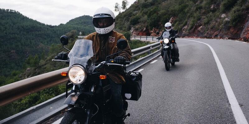 Groupe de motards sur la route